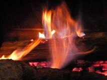 Hemtrevlig brand på en vinternatt Royaltyfri Fotografi