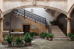 Hemtrevlig europeisk uteplats med brunnen och trappa arkivfoton