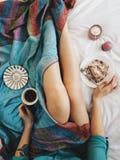 Hemtrevlig frukost i säng arkivfoto