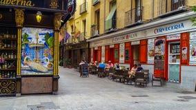 Hemtrevlig gammal gata i centrala Madrid Arkivfoto