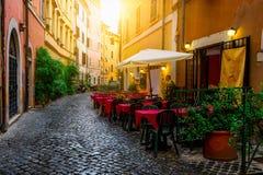 Hemtrevlig gammal gata i Trastevere i Rome fotografering för bildbyråer