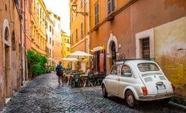 Hemtrevlig gata i Trastevere, Rome, Europa royaltyfri bild
