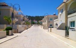 Hemtrevlig gata med hus och lyktstolpar Fotografering för Bildbyråer