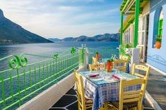 Hemtrevlig grekisk restaurang med havssikt, Grekland Royaltyfri Foto