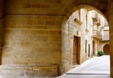Hemtrevlig ingång till borggården Calaceite by, Teruel landskap, Aragon, Spanien royaltyfri foto