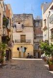 Hemtrevlig italiensk trädgård med balkongen och att torka kläder och motorcykeln Traditionell medelhavs- arkitektur Italiensk sta fotografering för bildbyråer