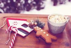 Hemtrevlig julbakgrund med kakan för varm choklad och pepparkaka Arkivbild