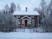 Hemtrevlig kabin i vinter Fotografering för Bildbyråer