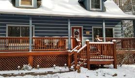 Hemtrevlig kabin i vintern Royaltyfri Bild