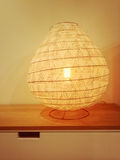 Hemtrevlig lampa som ger varmt gult ljus Royaltyfria Foton