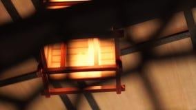 Hemtrevlig lykta i nära inre modern desigh upp Trätändande ljuskrona för mjuk och hemtrevlig dekor i stången, restaurang arkivfilmer