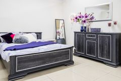 hemtrevlig modern sovruminre royaltyfria foton