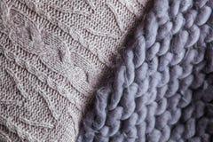 Hemtrevlig sammansättning, pläd för closeupmerinoull i varm och bekväm atmosfär för säng, bakgrundsrät maska Royaltyfri Foto