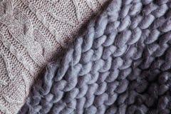Hemtrevlig sammansättning, pläd för closeupmerinoull i varm och bekväm atmosfär för säng, bakgrundsrät maska Royaltyfria Foton