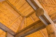 Hemtrevlig seende takkonstruktion av ett lantligt trähus royaltyfri bild