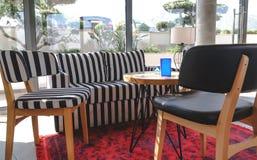 Hemtrevlig soffa i ett kafé i svartvitt fotografering för bildbyråer