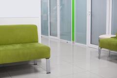 Hemtrevlig soffa i korridor av den moderna kliniken arkivbild