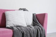 Hemtrevlig soffa med kuddar och pl?det Id? f?r vardagsruminredesign royaltyfri foto