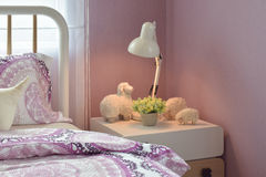 Hemtrevlig sovruminre med dekorativa fårdockor och den läs- lampan Royaltyfri Fotografi