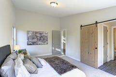 Hemtrevlig sovruminre med det välvde taket arkivfoto