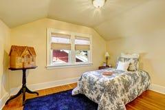 Hemtrevlig sovruminre med det välvde taket royaltyfri foto