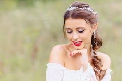 hemtrevlig ung flicka med röd kantclosup royaltyfri bild