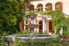 Hemtrevlig uteplats med den lilla trädgården i museum av Chersonese Sevastopol Crimea arkivbilder