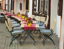 Hemtrevlig utomhus- restaurang på gatorna av Bernkastel-Kues i Tyskland Royaltyfri Bild