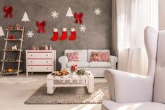 Hemtrevlig vardagsrum med juldesign Arkivfoto