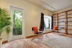 Hemtrevlig vardagsrum med moderna stolar i lägenhethus Royaltyfria Foton