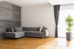 Hemtrevlig vardagsrum med soffan