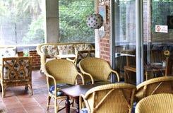 Hemtrevlig vardagsrum på en feriesemesterort Royaltyfri Bild