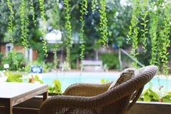Hemtrevlig vardagsrum på en feriesemesterort Arkivfoton