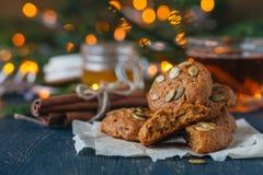 Hemtrevlig vinter och jul som ställer in med varmt funderat vin med hemlagade kakor Varmt och enkelt arkivbilder