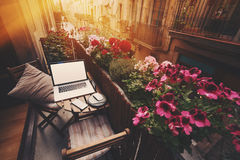 Hemtrevlig workspace på balkong Arkivbilder