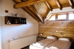 Hemtrevliga lägenheter i ett trähus i Bulgarien royaltyfri fotografi