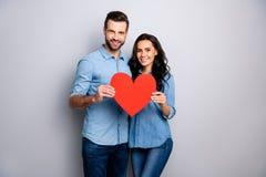 Hemtrevliga omfamningar för varm komfort Stående av gulliga positiva stiliga älsklingar som rymmer 14 februari feriepapper-kort b arkivfoto