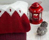 Hemtrevliga Woolen tröjor för vintern Tid med jullyktan royaltyfria foton