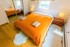 Hemtrevligt Bnb rum med stor säng i hotell med inget arkivbilder