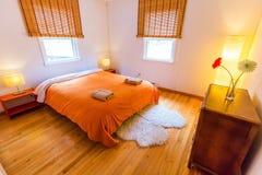 Hemtrevligt Bnb rum med stor säng i hotell med inget fotografering för bildbyråer