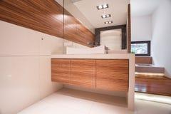 Hemtrevligt elegant badrum Arkivbilder