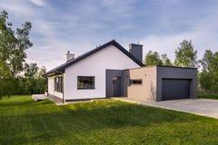 Hemtrevligt familjhus med trädgården royaltyfri foto
