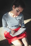 Hemtrevligt foto av handstil för ung kvinna i anteckningsbok i solljus arkivbilder