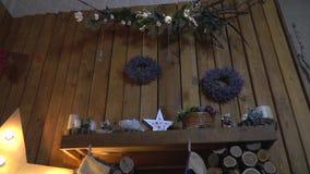 Hemtrevligt julpynt på en trävägg lager videofilmer