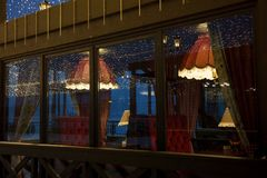 Hemtrevligt kafé med festliga ljus för jul Royaltyfri Foto