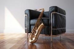 Hemtrevligt läder Arnchair med saxofonen i klassiskt ljust rum arkivbild