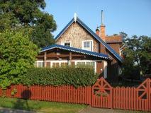 Hemtrevligt litet hus i byn Arkivbilder