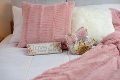 Hemtrevligt neutralt dekorgästsovrum med rosa brytningar royaltyfria bilder