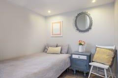 Hemtrevligt och nytt enkelt sovrum Fotografering för Bildbyråer