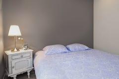 Hemtrevligt och nytt sovrum Arkivfoton